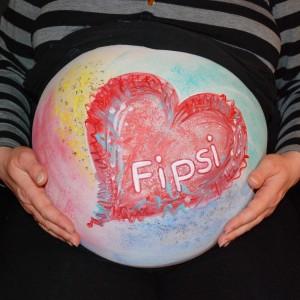 Babybauchbemalung Motiv: Rotes Herz auf buntem Hintergrund